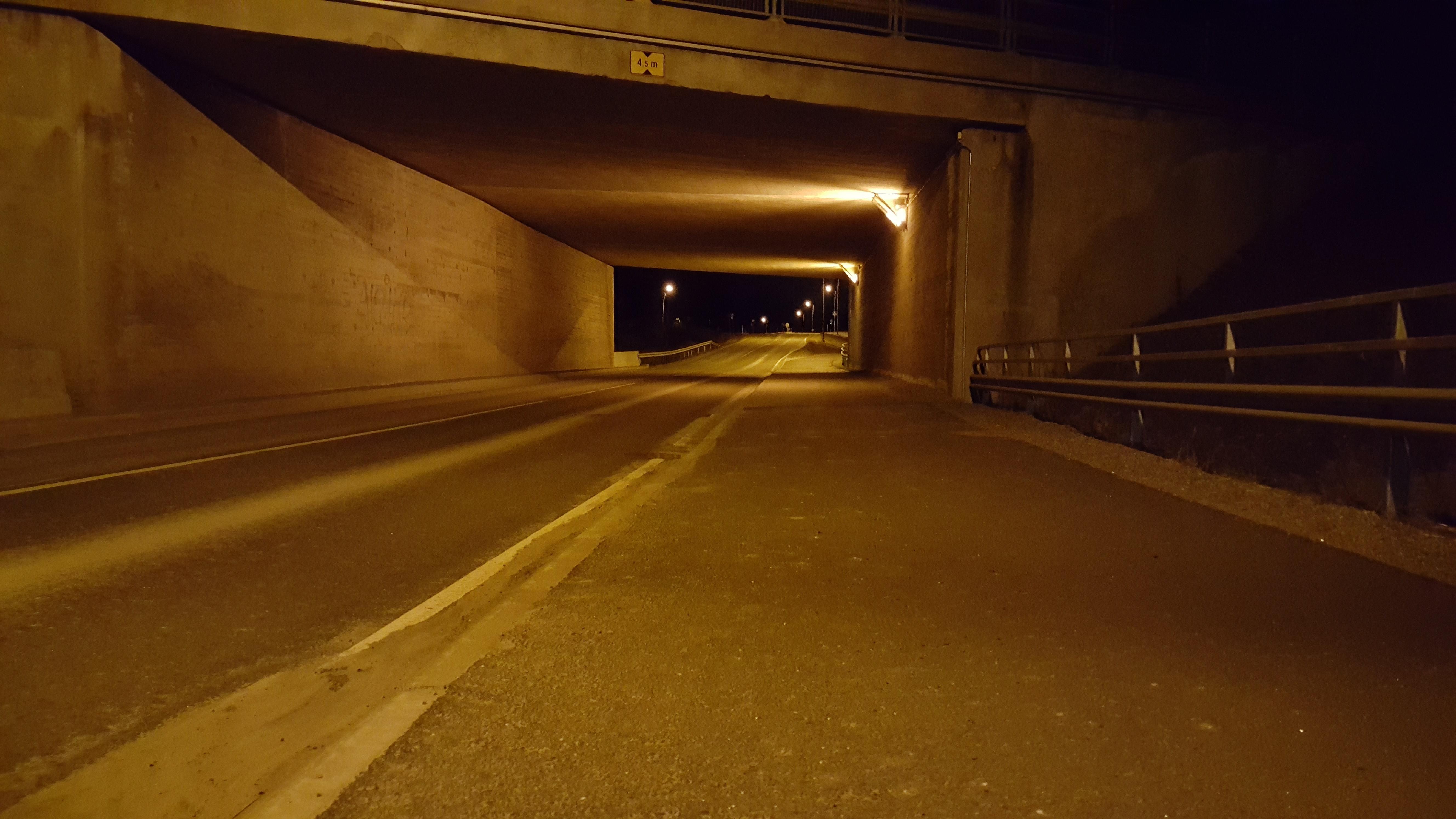 Turva-aita Auvaismäentielle sillan alla