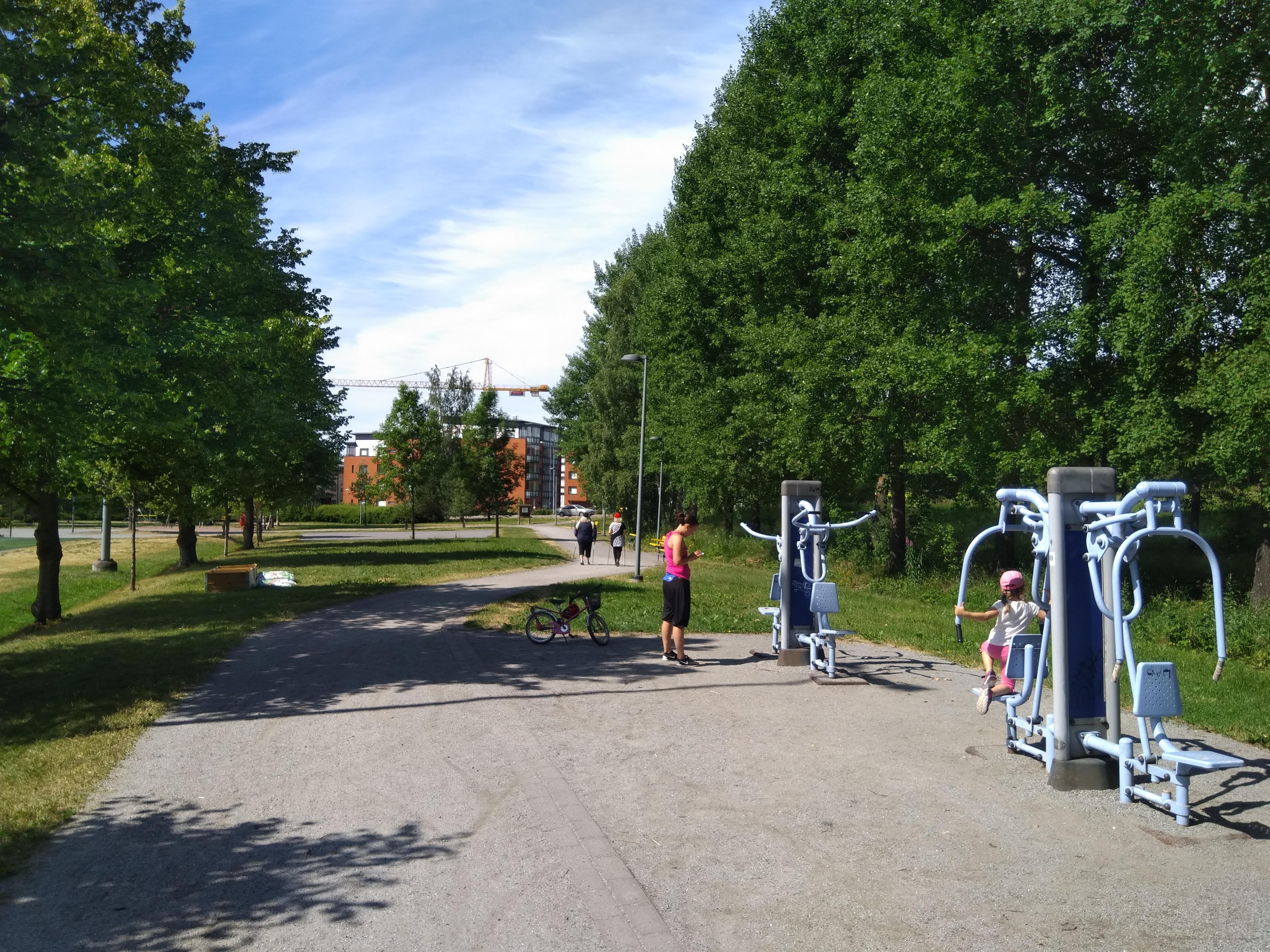 Uusia ulkokuntoiluvälineitä ja piknikpöytiä Teräsrautelanpuistoon